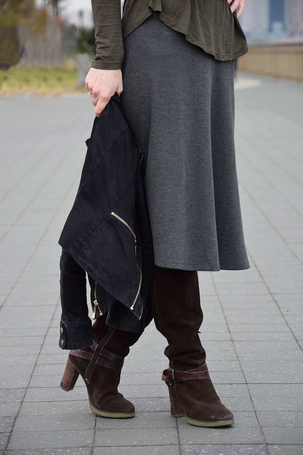 www.advance-your-style.de, Modeblog, advanceyourstyle, Berlin, Fashionblog, High Waisted Midi-Rock, Modetrend, Fashiontipp, Outfit, New York City, braune Wildleder Stiefel
