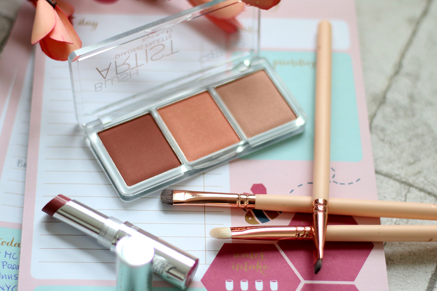 Blush, CATRICE Nude Sand Eyeshadow Palette, CATRICE Blus Artist Shading Palette 010 Bronzéclat, Review, Test, Swatch, Tagesmakeup, Alltagsmakeup, helle Haut, rote Haare, Makeup Tutorial, Monday's Makeup, Beautytipps, Beauty Blog, Berlin, Influencer, Advance Your Style, advanceyourstyle