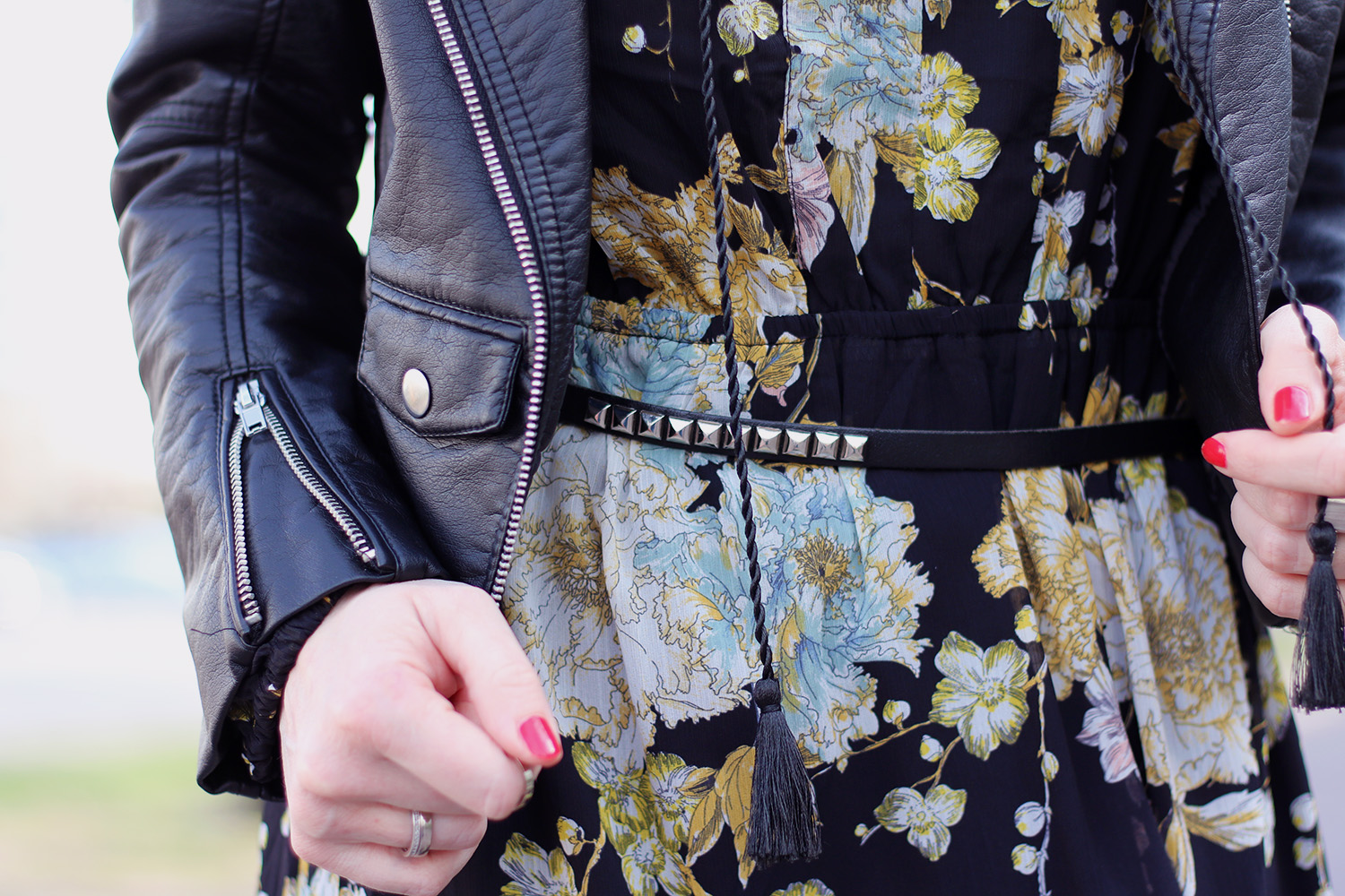 Details, Gürtel mit silbernen Nieten, Maxikleid, Blumen Print, Gelb, Türkis, schwarze Biker Jacke, Frühling, Mode, Trend, Hippie, Coachella, Outfit, Frühlingsmode, blonde Haare, helle Haut, Influencer, Deutschland, Berlin, Streetstyle, Mode Blog, Advance Your Style, advanceyourstyle