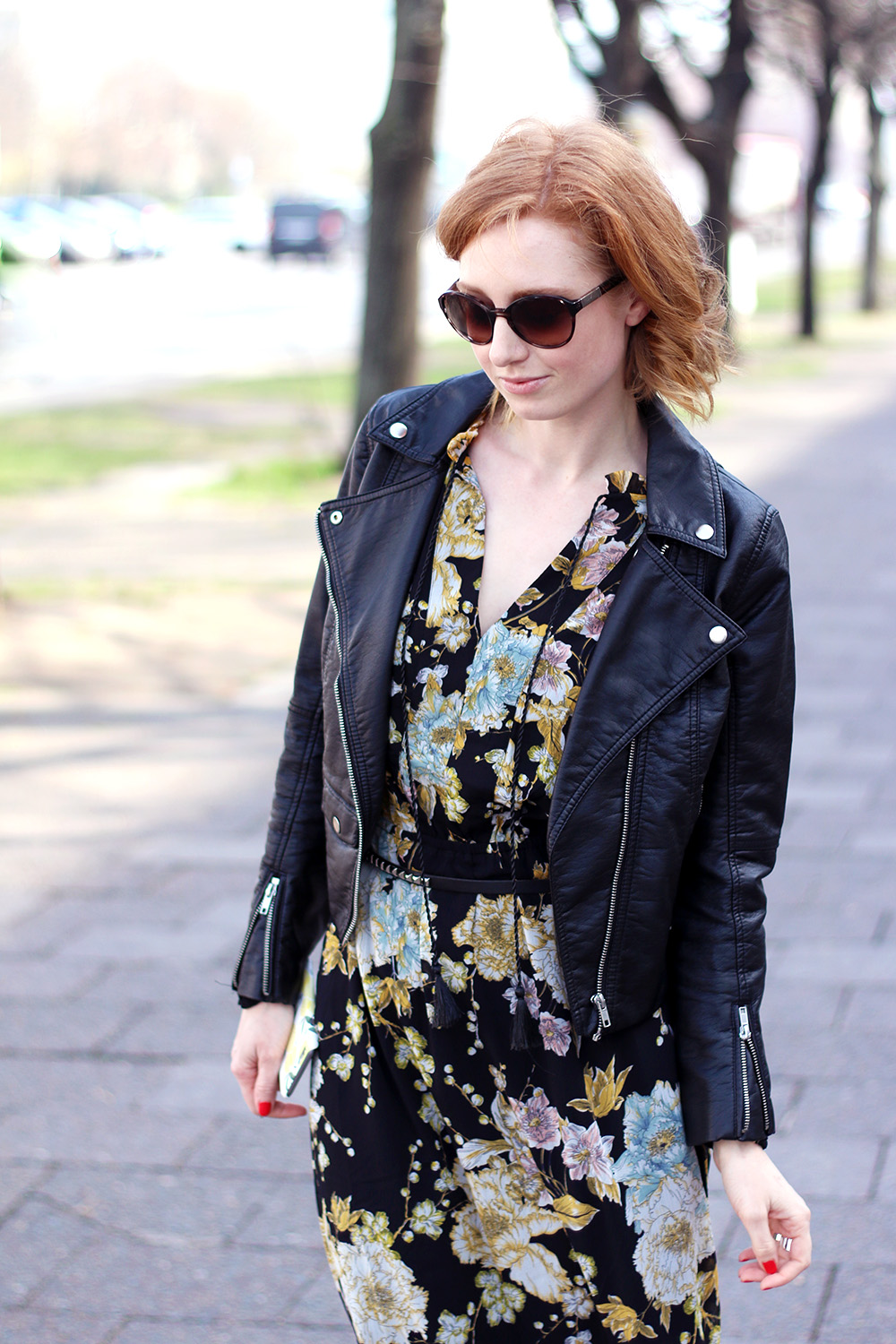 Übergangsjacke, Maxikleid, Blumen Print, Gelb, Türkis, schwarze Biker Jacke, Frühling, Mode, Trend, Hippie, Coachella, Outfit, Frühlingsmode, blonde Haare, helle Haut, Influencer, Deutschland, Berlin, Streetstyle, Mode Blog, Advance Your Style, advanceyourstyle