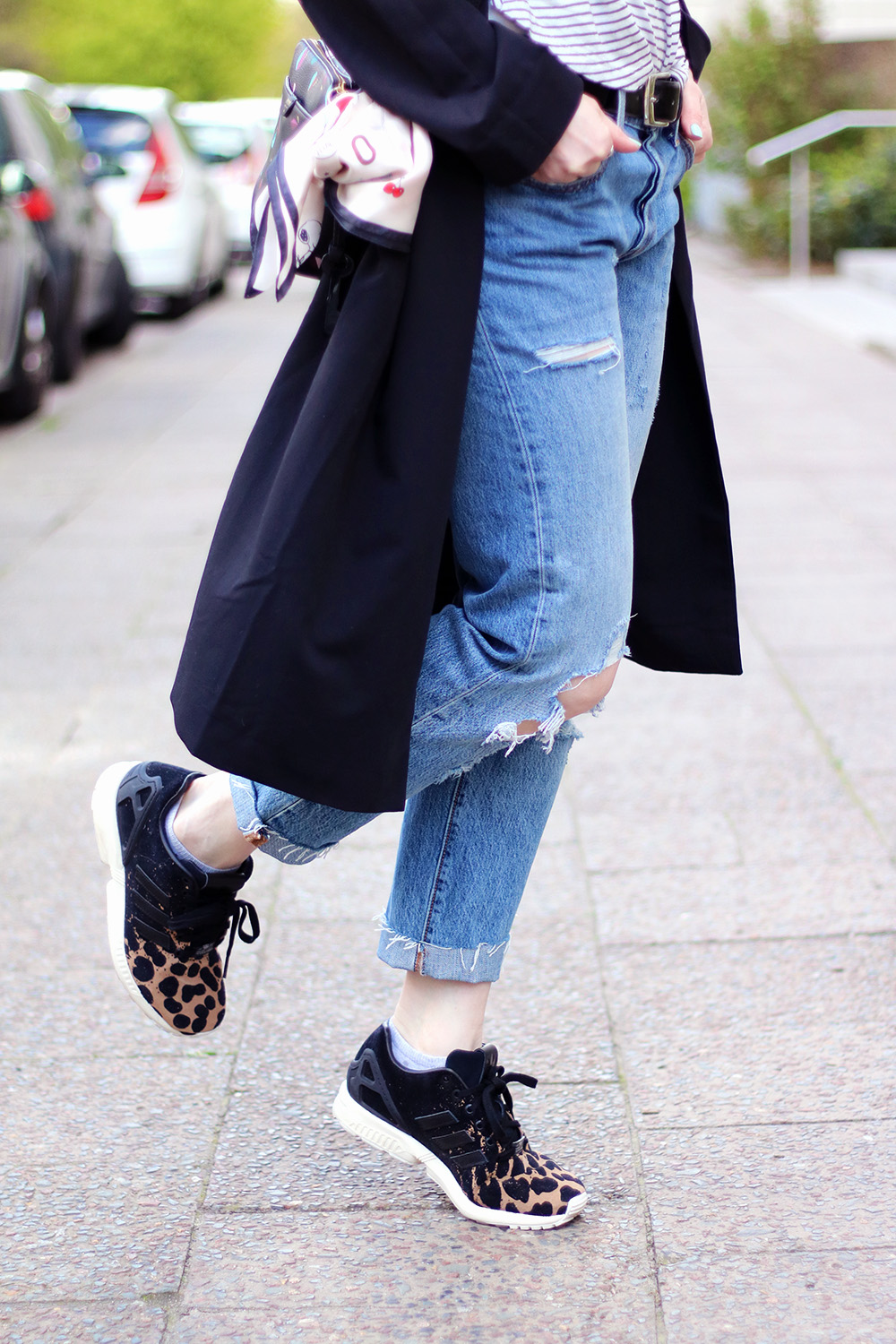 Details, Schuhe, Sneaker, adidas, Leo Muster, Ripped Jeans stylen, Levi's 501 ct, Jeans, adidas, Sneaker, Trenchcoat, Trend, Frühling, Streifen, blonde Haare, helle Haut, Influencer, Deutschland, Berlin, Streetstyle, Mode Blog, Modeblog, Advance Your Style, advanceyourstyle