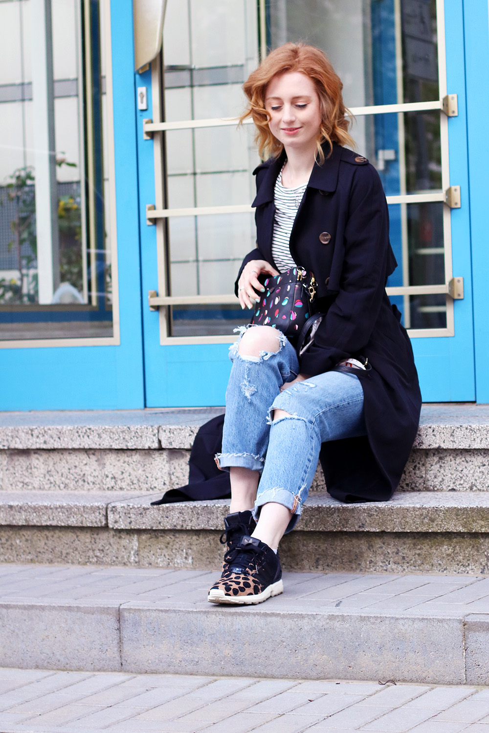 Tasche, Fossil, Ripped Jeans stylen, Levi's 501 ct, Jeans, adidas, Sneaker, Trenchcoat, Trend, Frühling, Streifen, blonde Haare, helle Haut, Influencer, Deutschland, Berlin, Streetstyle, Mode Blog, Modeblog, Advance Your Style, advanceyourstyle