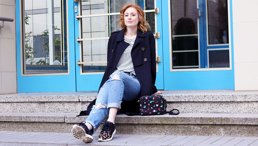 Ripped Jeans stylen: Levi's 501 ct, adidas Leo Sneaker, Edited Trenchcoat
