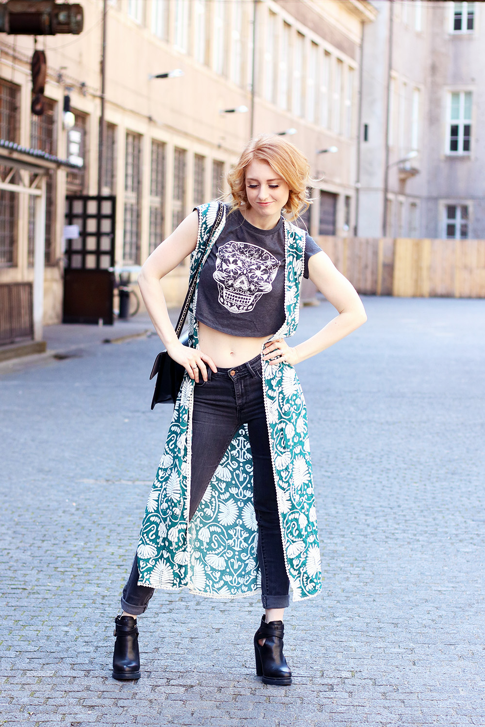 Weste, Slimfit Jeans Levi's, High Waist, Passform, Sommer, Street Style Berlin, Outfit, Trend, Modetipps, Finde deinen Stil, Kiez, helle Haut, Influencer, Deutschland, Berlin, Streetstyle, Mode Blog, Modeblog, Advance Your Style, advanceyourstyle