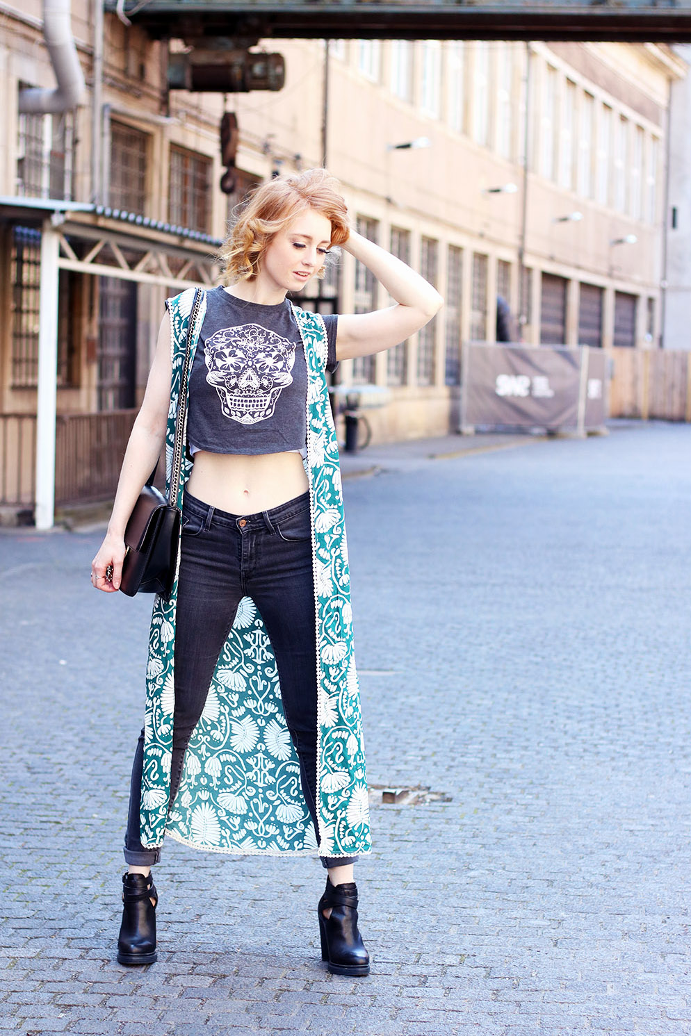 totenkopf, cropped Top, Sommer, Street Style Berlin, Outfit, Trend, Modetipps, Finde deinen Stil, Kiez, helle Haut, Influencer, Deutschland, Berlin, Streetstyle, Mode Blog, Modeblog, Advance Your Style, advanceyourstyle
