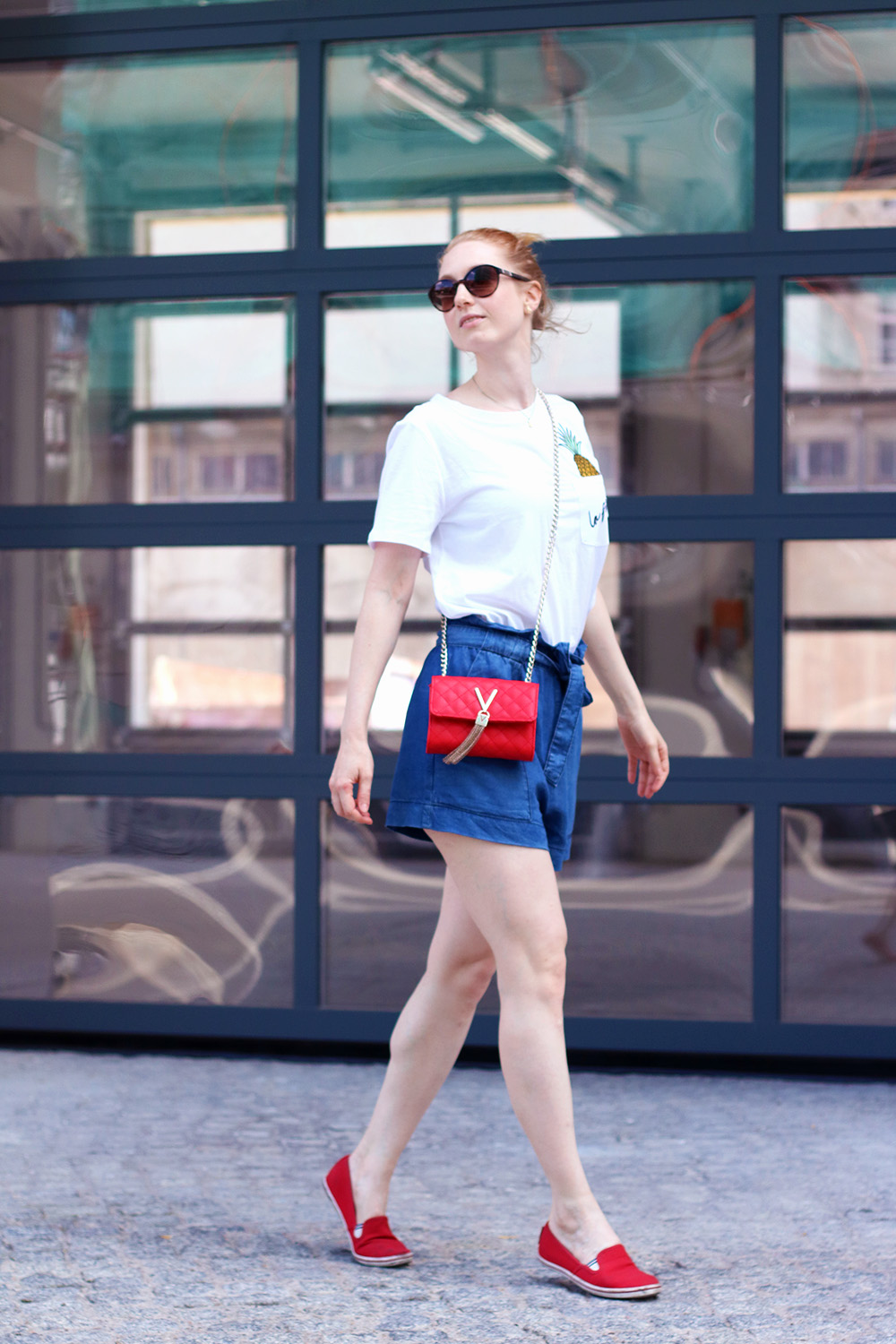 Valentino Bag, Gold, Red, Jeans Shorts, Pants, Summer Look, Outfit, Tips, Streetstyle, Fashion Tips, Find Your Style, Influencer, Germany, Berlin, Fashion Blog, Fashion Blog, Advance Your Style, advanceyourstyle